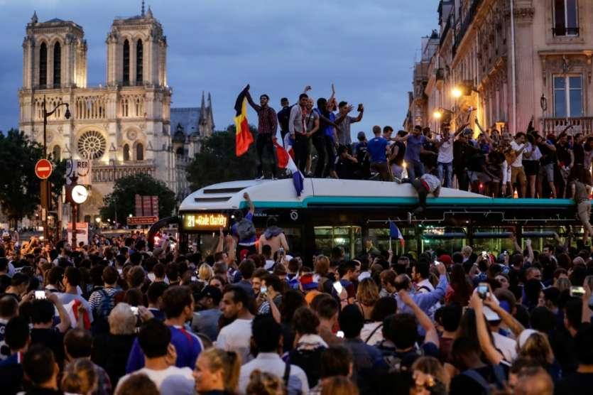 Les supporteurs célèbrent la victoire de l'équipe de France face à la Belgique, dans le centre de Paris, le 10 juillet 2018