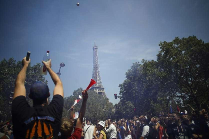 Les supporters français près de la fan zone du Champ de Mars le 15 juillet 2018