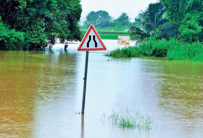 En février dernier, l'entrée sud de Téné, à Bourail, était sous les eaux après le passage d'Oma. Photo archives LNC.