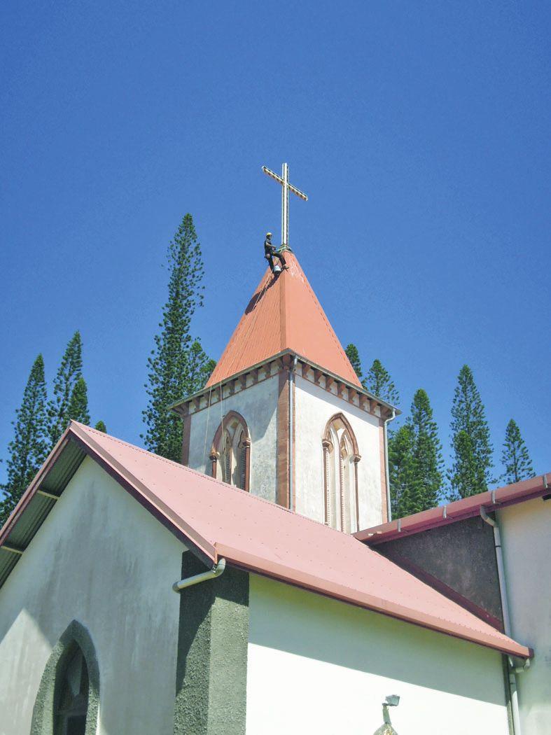 L'église et son clocher ont été le théâtre de travaux sur cordes qui ont impressionné les Kunié et les touristes.