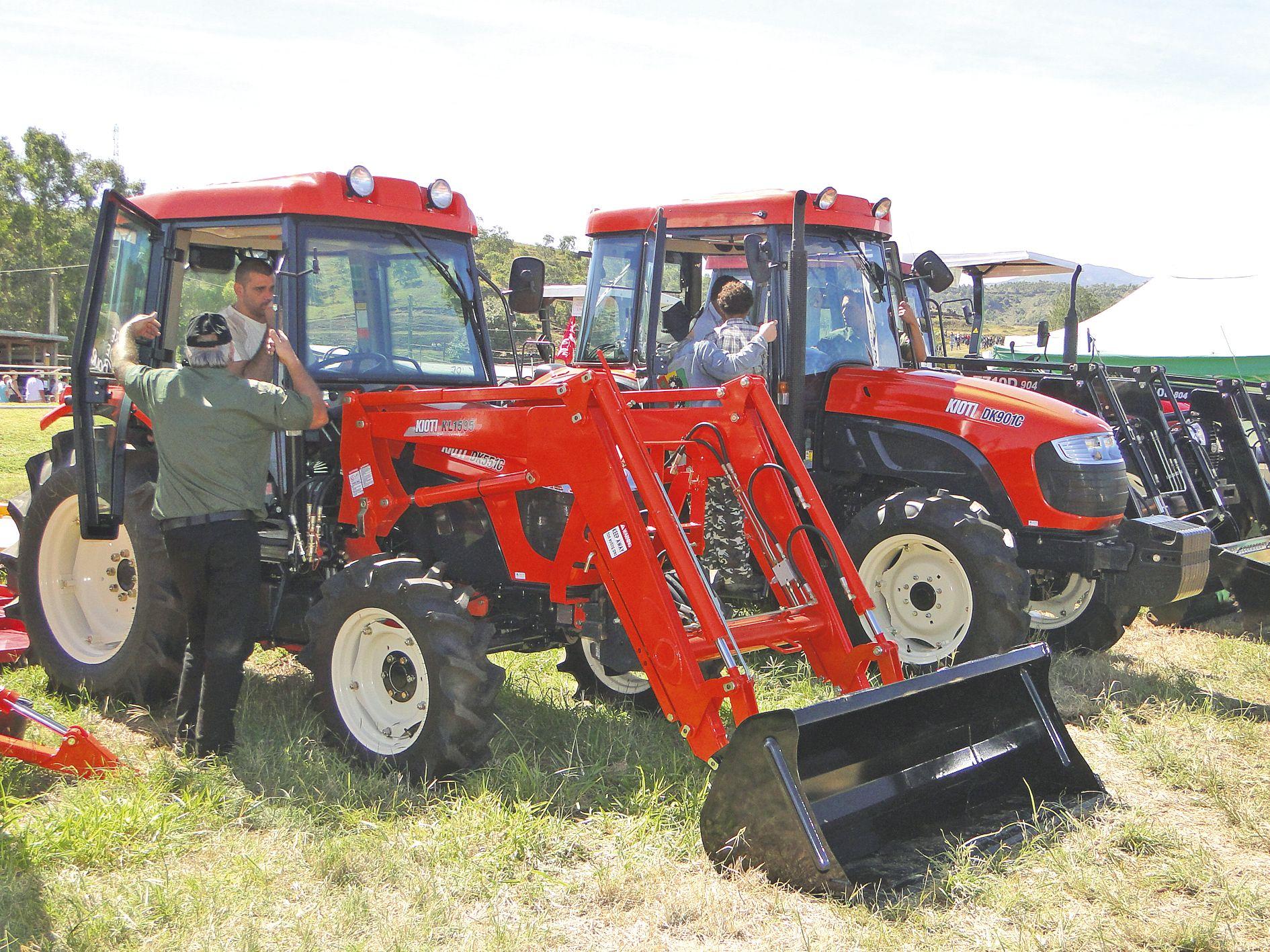 Des agriculteurs essaient des tracteurs à la foire de Bourail 2016. « C'est ici qu'il y a toutes les marques qui sont réunies et qu'il y a des promotions, expliquait un acheteur potentiel. La Foire, c'est un peu le salon du tracteur ».