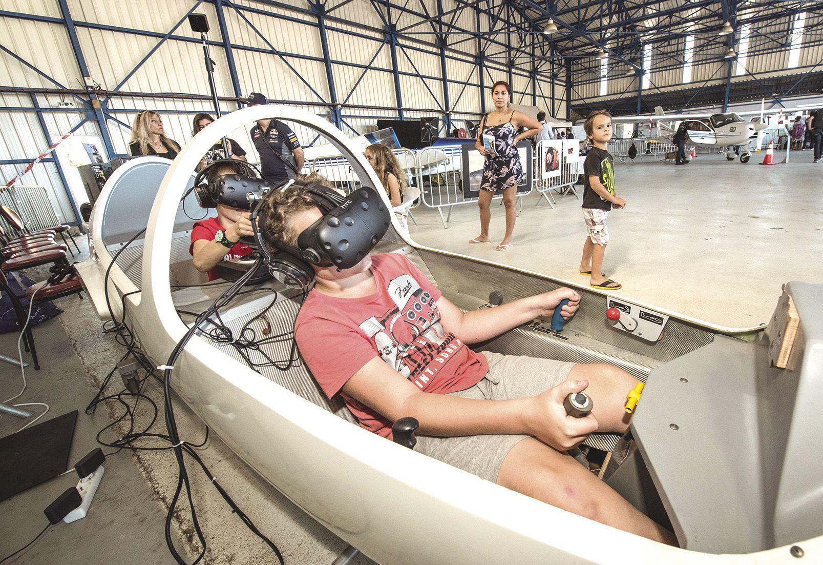 Autre attraction de ce week-end, le vol en réalité virtuelle, dans un cockpit aménagé. L'aéro-club avait multiplié les invités : la fédération d'aéronautique, la Direction de l'aviation civile ou l'armée de l'air animaient des stands.