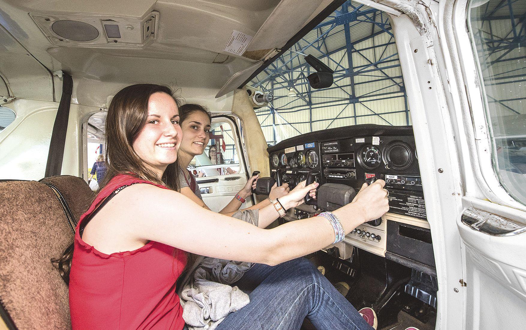 Dans le hangar, trois avions en présentation. Alexia et Claire ont pu découvrir le tableau de bord d'un Cessna 152, vénérable avion-école de l'aéro-club qui présentait aussi ses acquisitions plus récentes, dont un Tecnam P2008, arrivé en 2014 (ci-dessus).