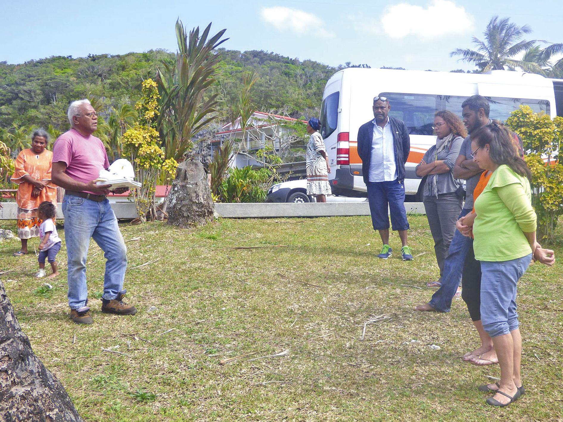 Sur la plage, un geste coutumier a eu lieu entre le service de l'environnement de la PIL, les bénévoles de l'Aquarium et le propriétaire terrien Georges Streter.
