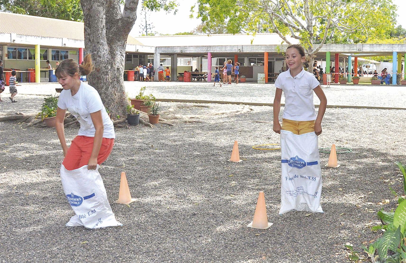 Partie de rigolade et de bonnes bûches à l'occasion de cette course en sacs agrémentée de petits obstacles, où les jeunes ne se sont pas fait prier pour s'affronter. Pendant ce temps, les parents, eux, pouvaient se détendre à l'espace restauration-buvette