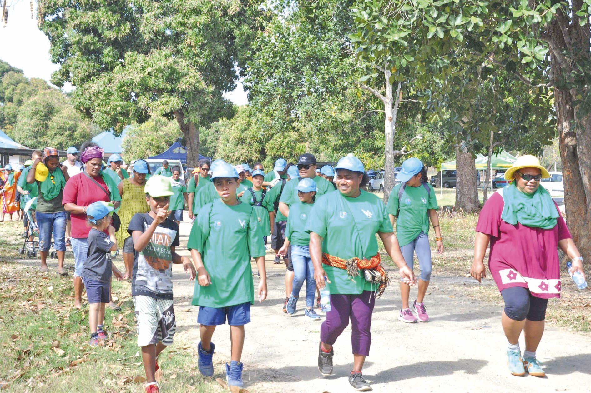 Après le petit-déjeuner d'accueil, trois cents personnes, adultes et enfants, ont commencé la journée par une marche de sept kilomètres.