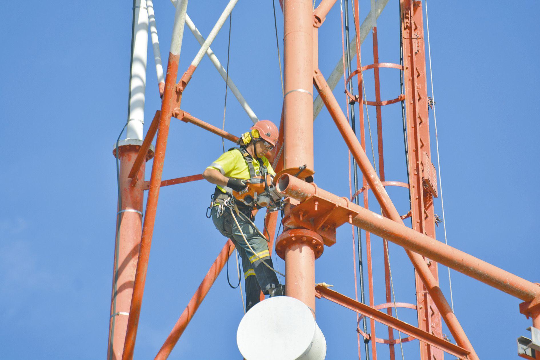 La principale difficulté du chantier étant la hauteur du pylône, le démontage s'est donc fait par tronçon, d'où la présence de spécialistes qui travaillent à plus de 60 mètres de hauteur.