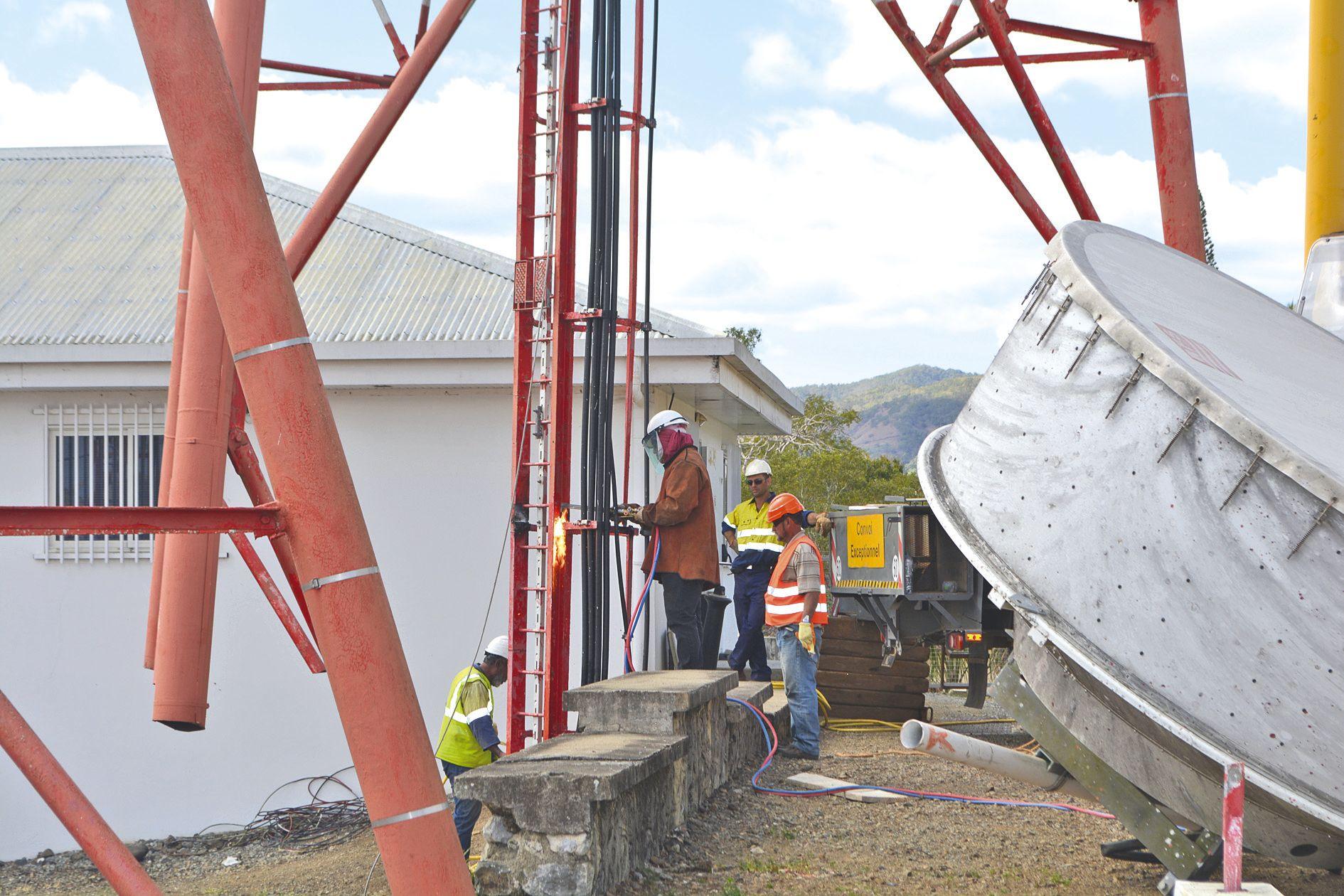 Ce chantier spectaculaire a fait appel à des moyens matériels, humains et financiers  importants. Pour démonter la partie centrale, la plus imposante de l'antenne, les agents ont dû utiliser la grue pour la descendre au sol et procéder au découpage.