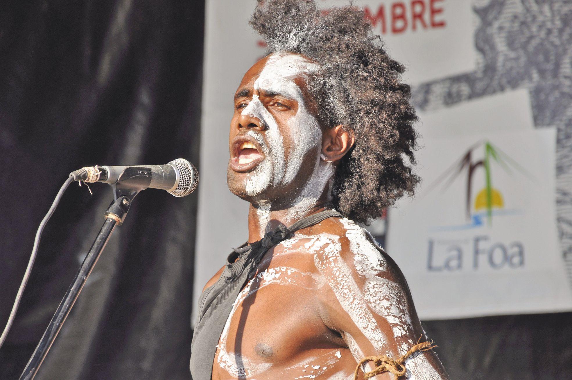 Scène offerte aux artistes, la fête de la Citoyenneté a permis au slameur Rémy Hnaije, de Lifou, de montrer avec rage, force et rythme, que la langue véhicule la culture. Si tous les artistes ont été invités à la fête, certains ont regretté de ne pas pouv