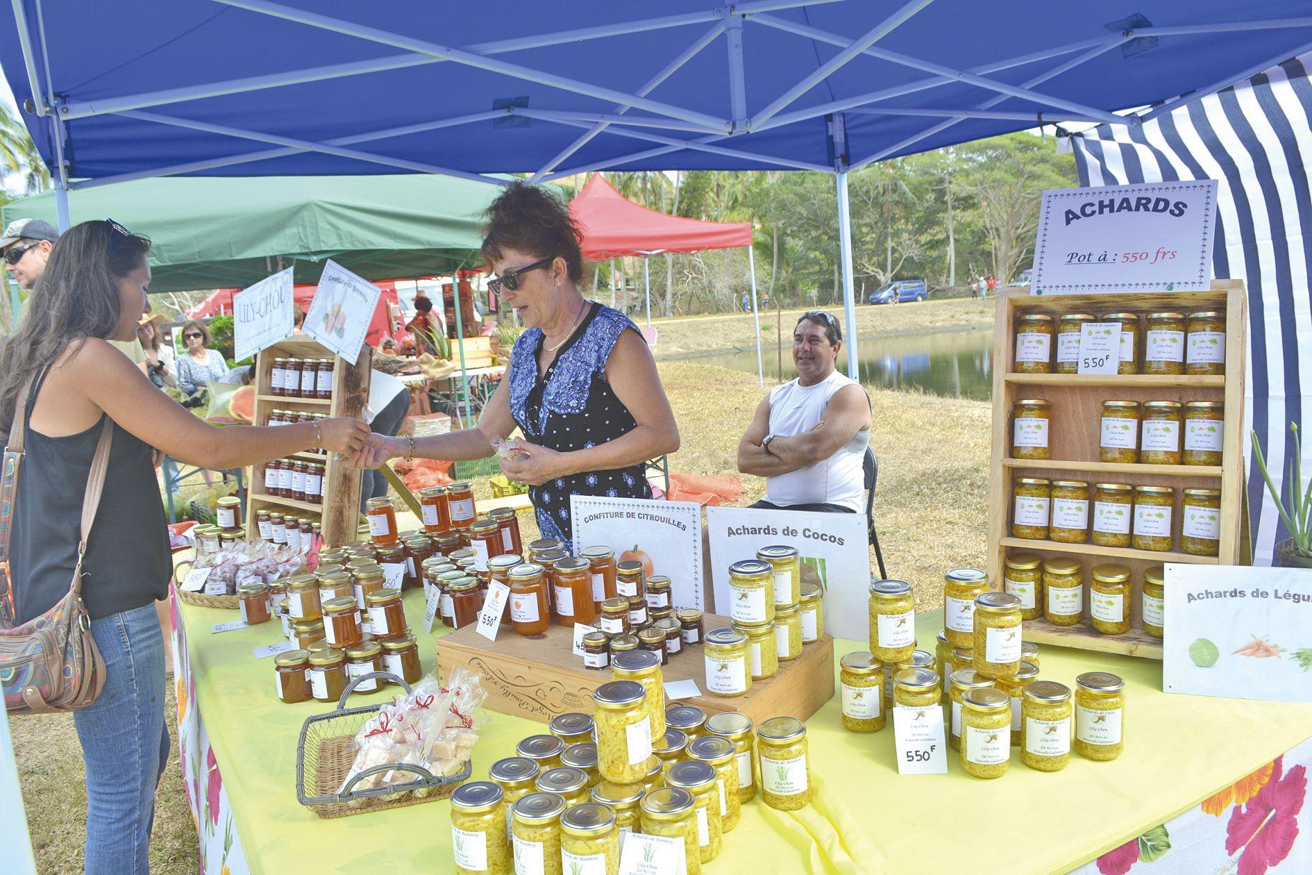 En plus des produits vivriers, les visiteurs pouvaient faire le plein de produits transformés et artisanaux, tels que confitures de citrouille, confiseries, achards de coco ou de légumes, saucissons de cerf, rillettes, etc. à des prix raisonnables.