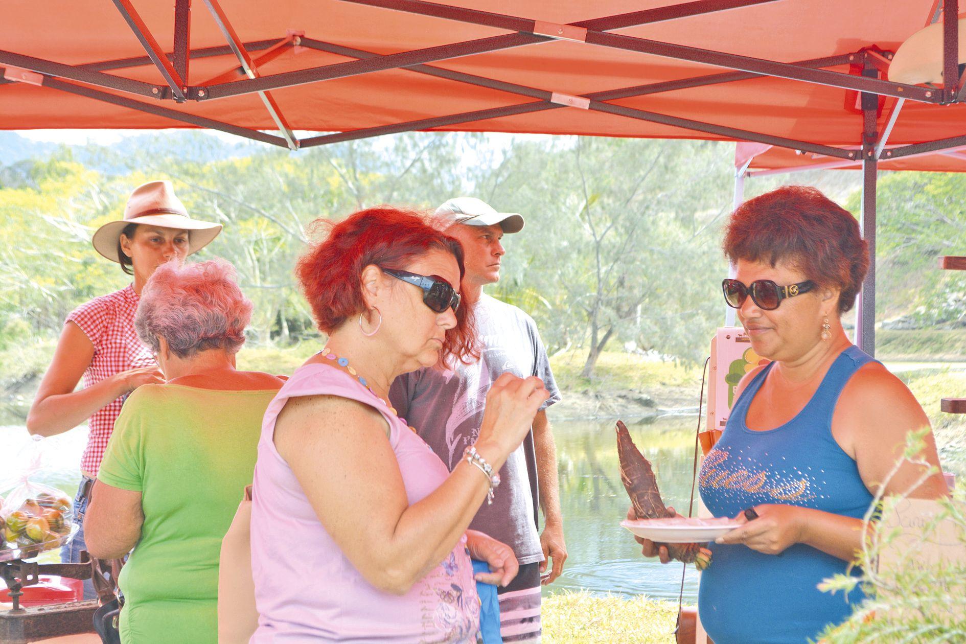 Comme ici sur le stand de Cindy Baronnet, de la ferme  de Néméara, plusieurs producteurs proposaient des  dégustations de leurs produits. L'occasion d'acheter  en toute connaissance de cause.
