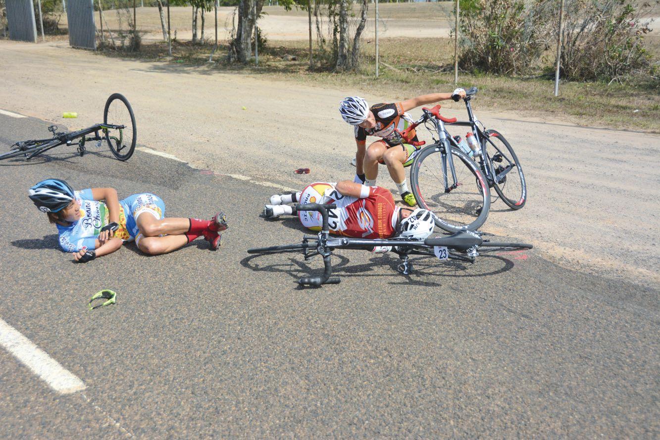 Ludovic Nadon (au centre) a été contraint à l'abandon après une chute peu après le départ de la 5e étape entre Kaala-Gomen et Poum.