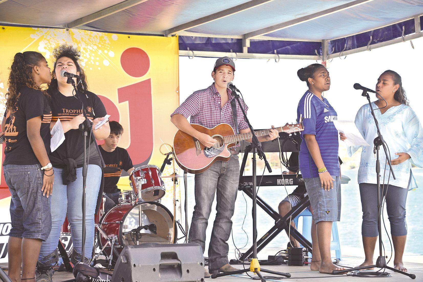 Pour les artistes des trois provinces, la compétition est passée au second plan. Ils ont pris l'initiative de composer une chanson ensemble et de la présenter sur scène. Un régal.