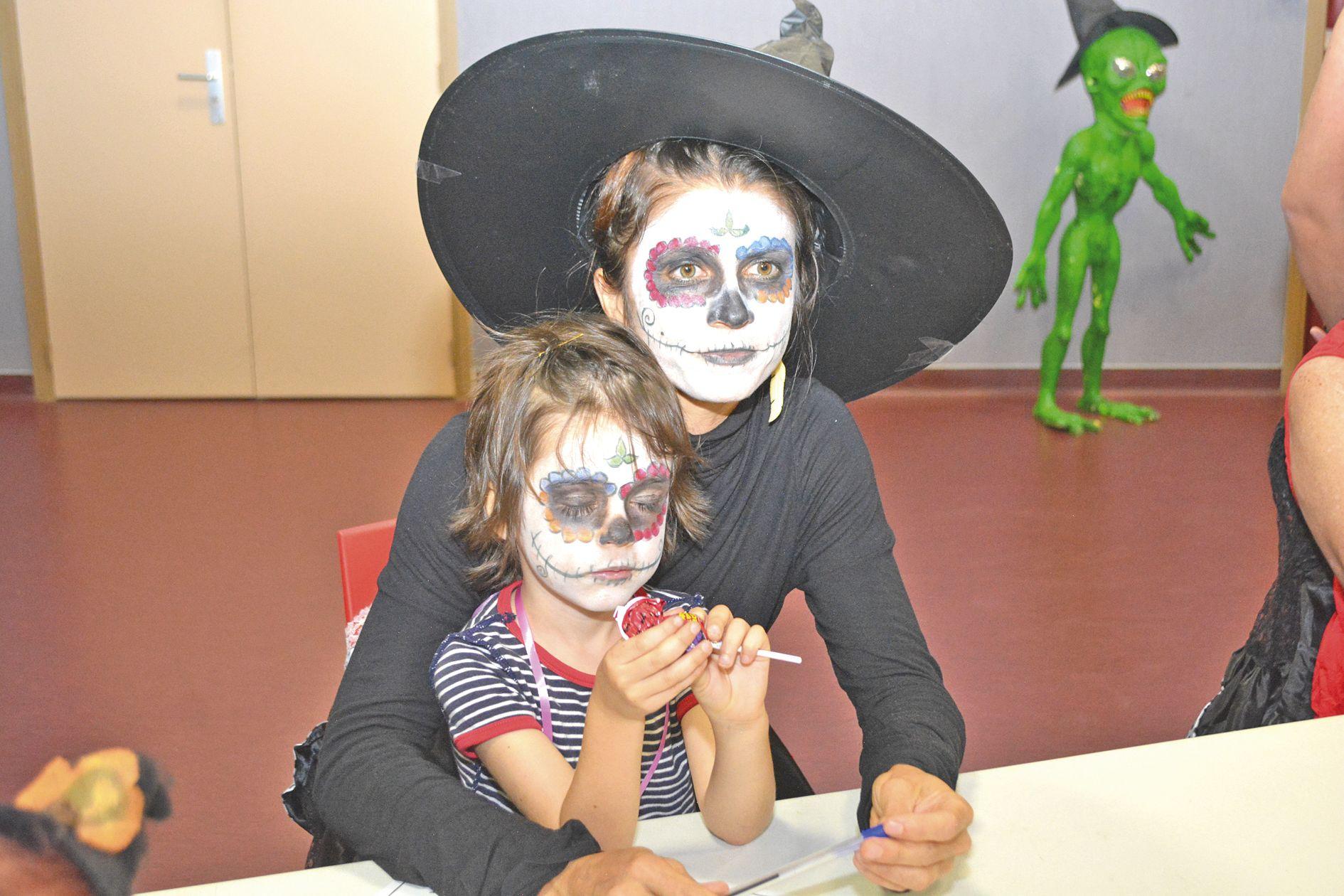 Tout comme le petit Joan, ici avec sa maman, beaucoup d'enfants, voire même des adultes, se sont maquillés et déguisés pour la circonstance.