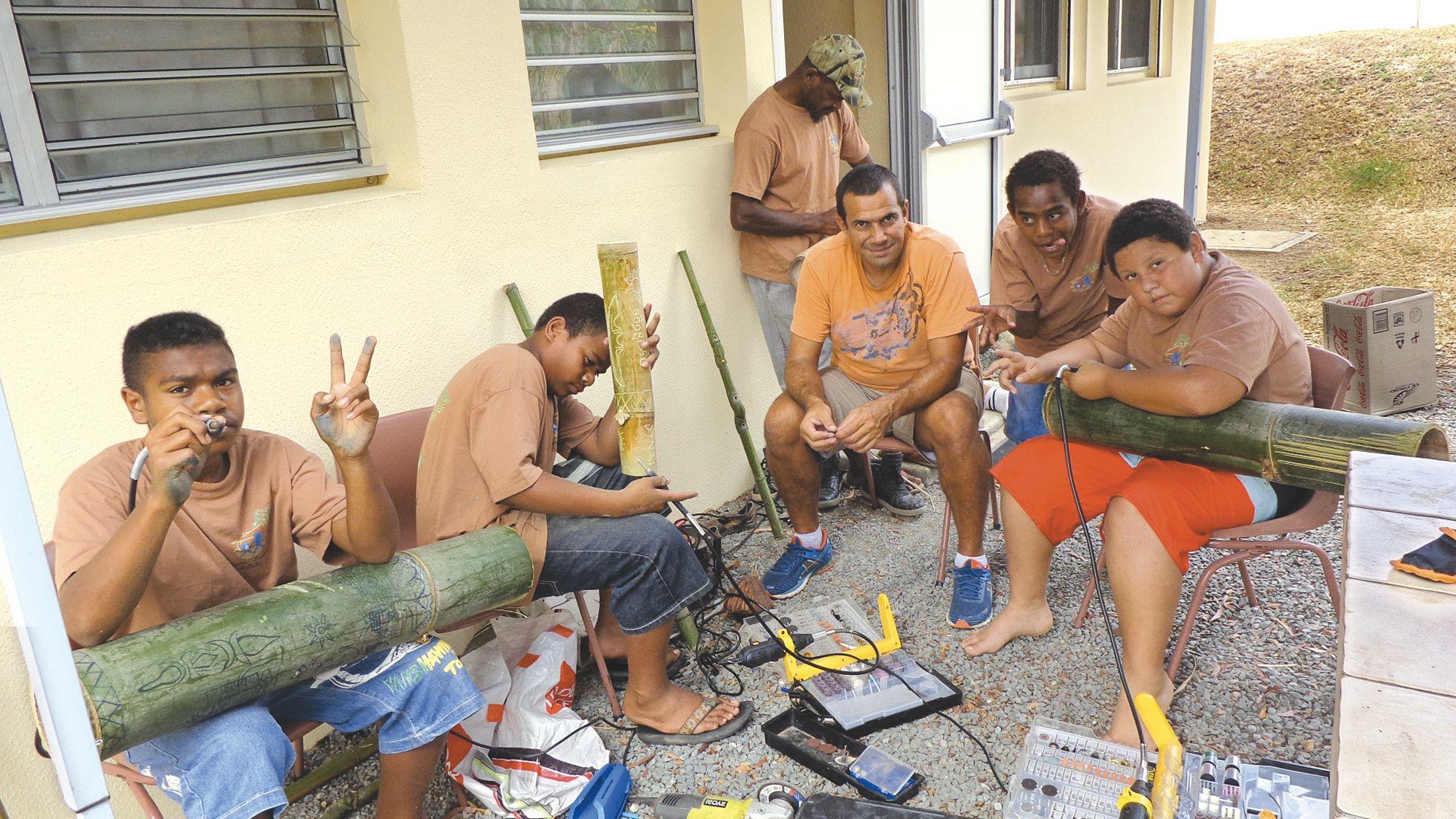 Les internes ont été initiés à la gravure sur bambou à l'aide de matériel électrique. Ils ont pu offrir leur réalisation aux parents.