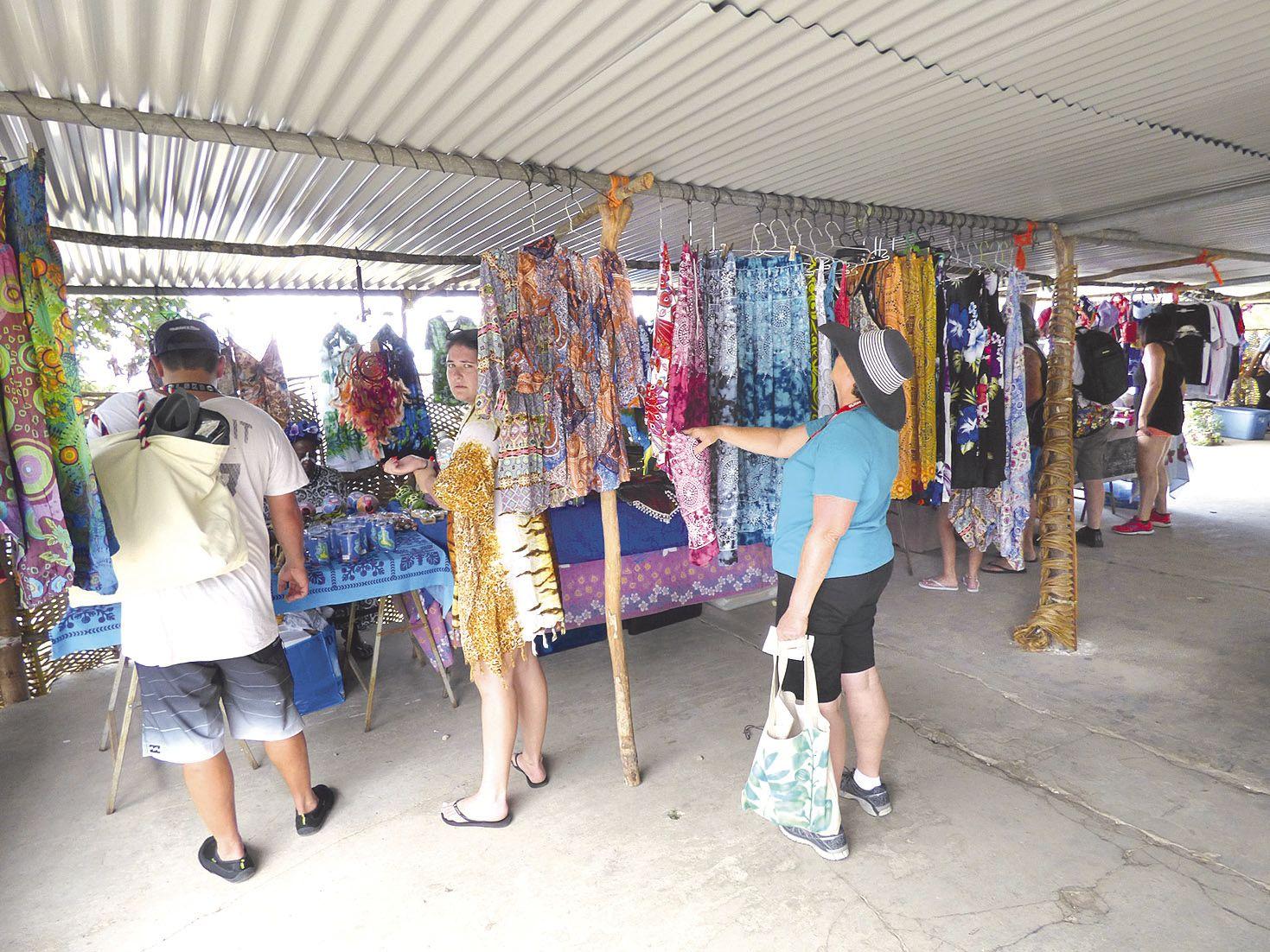 Dès 9 heures, les premières chaloupes accostent au ponton d'Easo. Fraîchement  débarqués, certains croisiéristes visitent les différents stands d'artisanat et de restauration alors que d'autres optent pour les circuits touristes proposés.