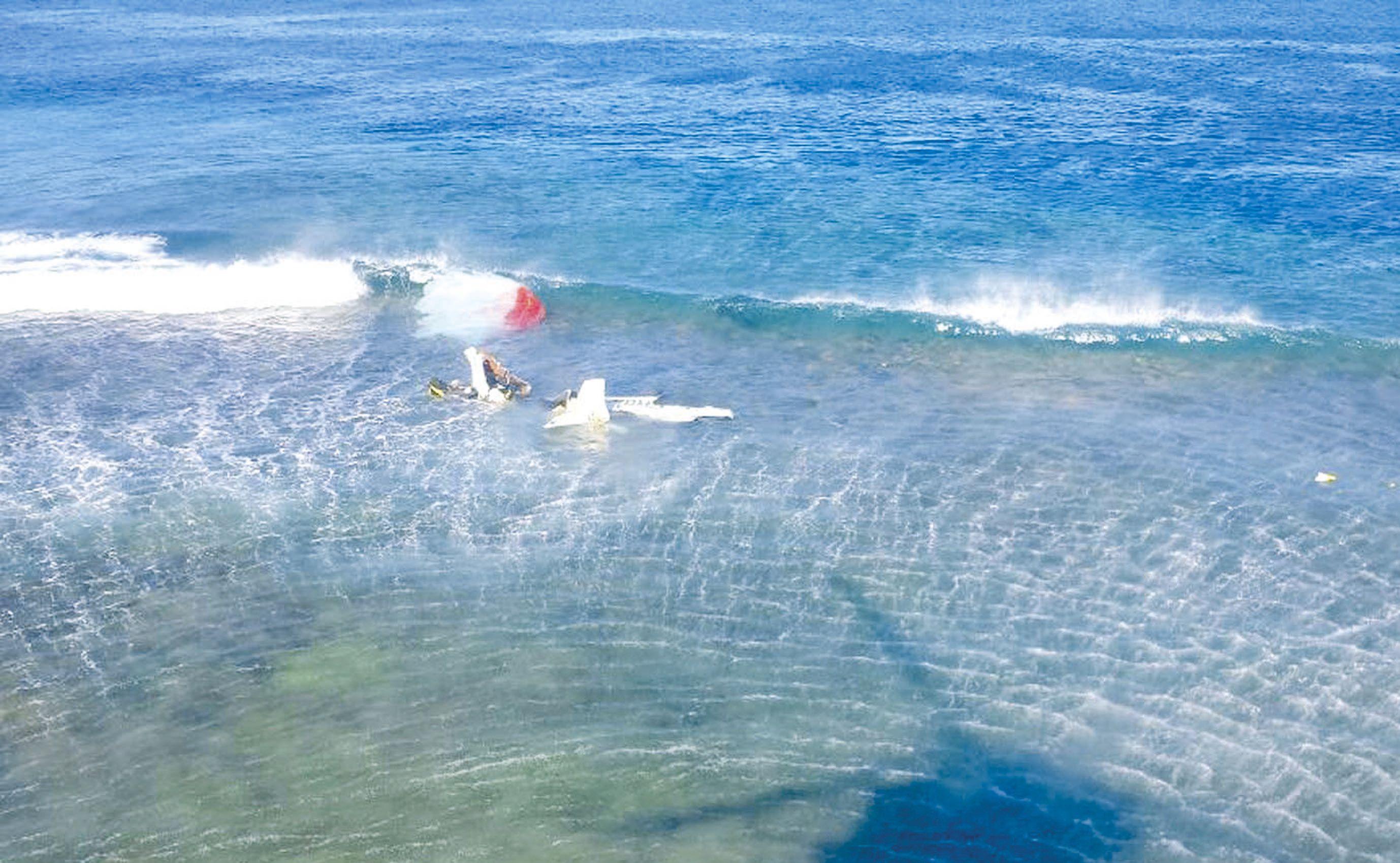 Difficile de reconnaître le FK14 qui s'est crashé sur le récif. Avec moins d'un mètre d'eau, les pompiers ont pu  intervenir à pied. Ils y ont retrouvé le corps de Lionel Mussard et celui de Julien Parmentier.