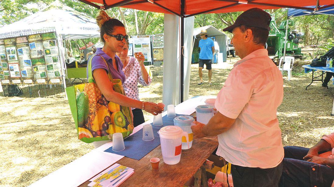 AquaNord et la Calédonienne des Eaux ont proposé aux visiteurs de goûter différentes eaux et de découvrir celle produite à La Foa. Emmanuelle (notre photo) a reçu le diplôme du goûteur d'eau.