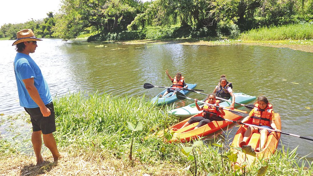 Le paddle et le canoë ont été les attractions principales sur l'eau sous la constante surveillance de Sam, animateur sportif de la mairie. Les enfants ont aussi profité du ponton provisoire installé à l'occasion de la fête pour se baigner dans la rivière