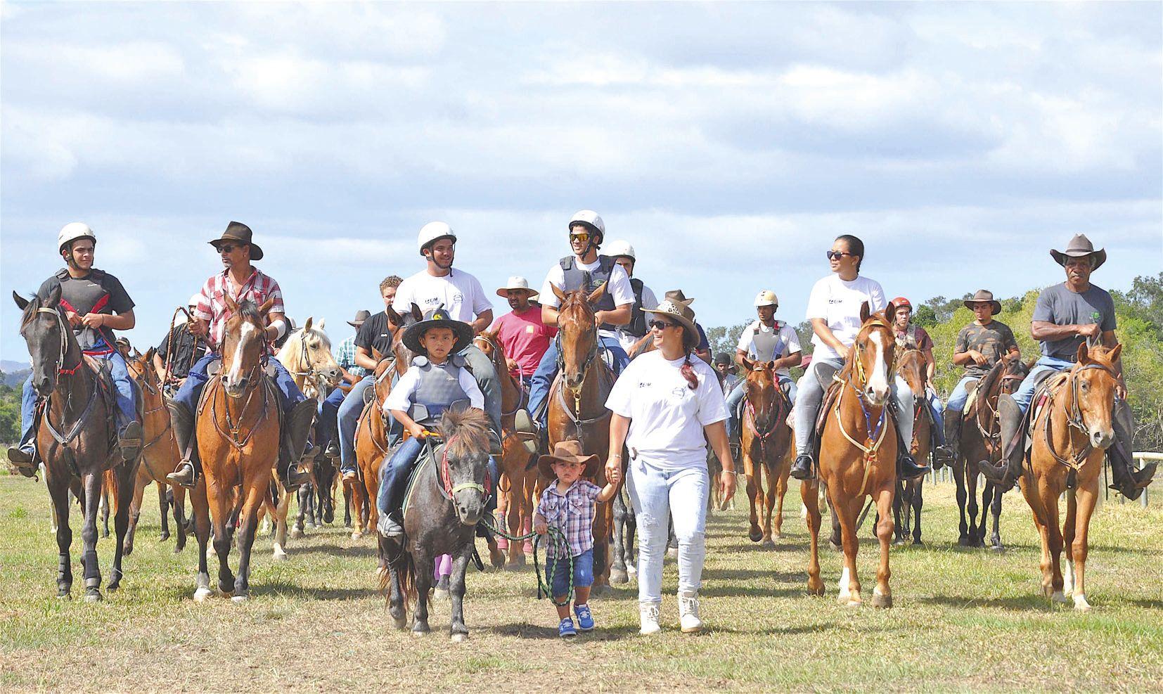 Plus de cinquante cavaliers venus de Koumac, Kaala-Gomen, Bourail, Pouembout, Poum, Ouégoa et Pouébo ont défilé devant le public avant le début des épreuves.