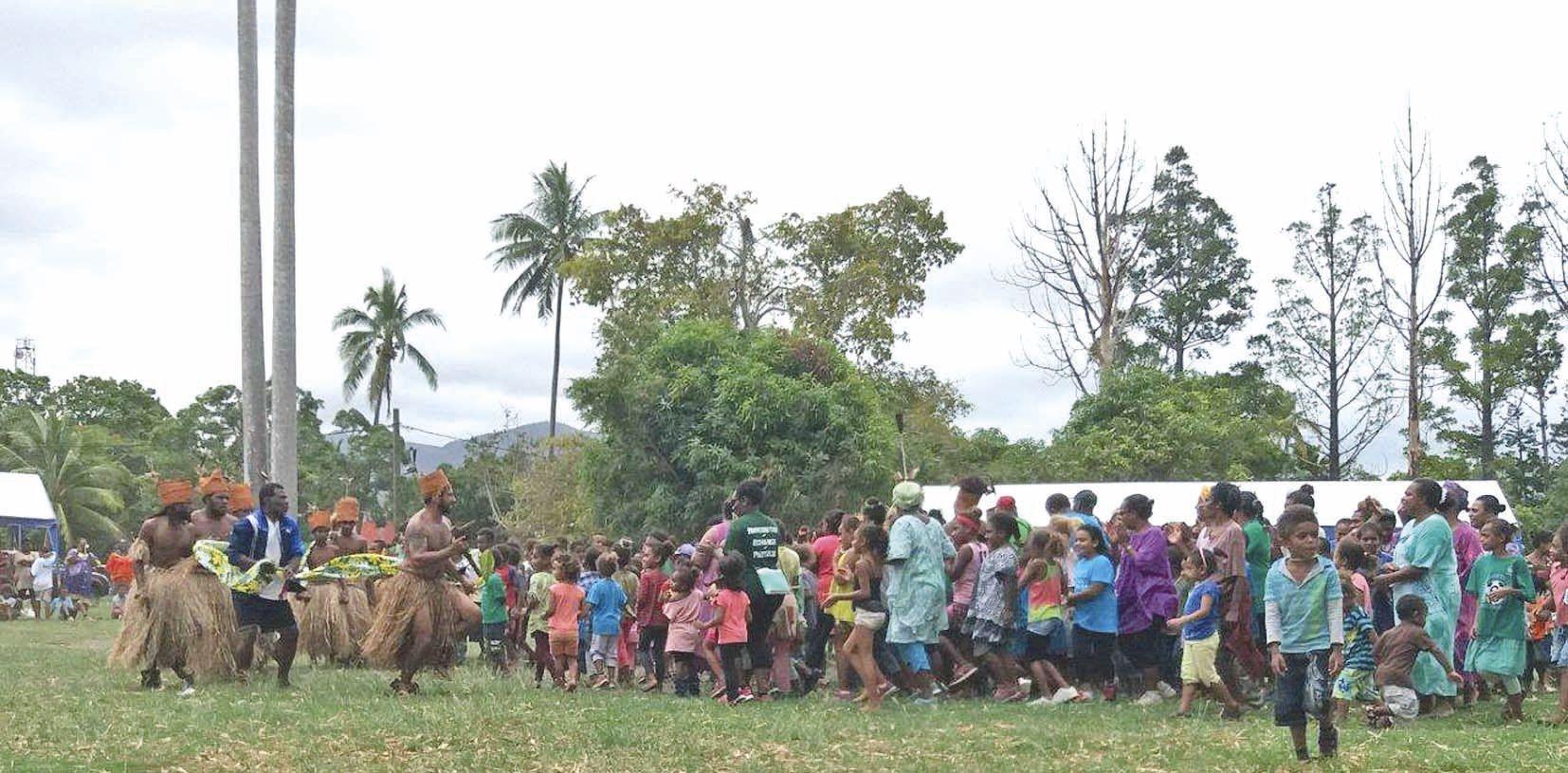 La troupe Nedokwe a entraîné le public dans un pilou. La rencontre s'est conclue en douceur avec des séances de contes pour tout le monde.