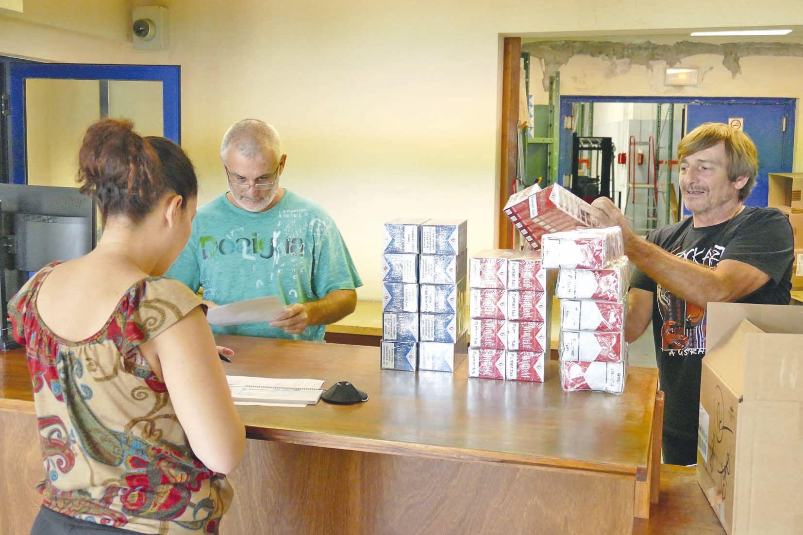 Iviolla, gérante de la station Total de Thio, achète toujours à Nouville. « Je viens à Nouméa de temps en temps de toute façon, et c'est moins cher que de passer par les grossistes ». Pierre Emery (à g.), chef de la régie, vérifie la commande.