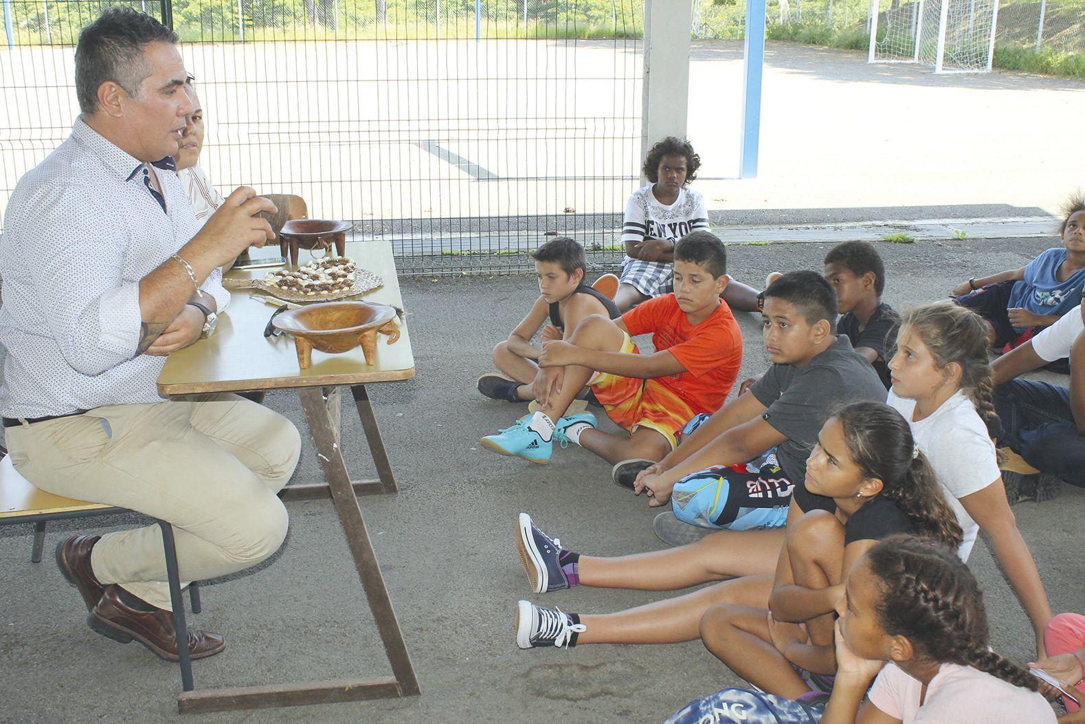 Pour bien faire comprendre aux enfants leurs traditions ancestrales, les intervenants ont amené et présenté des objets représentatifs, comme ce Tàno'a wallisien.