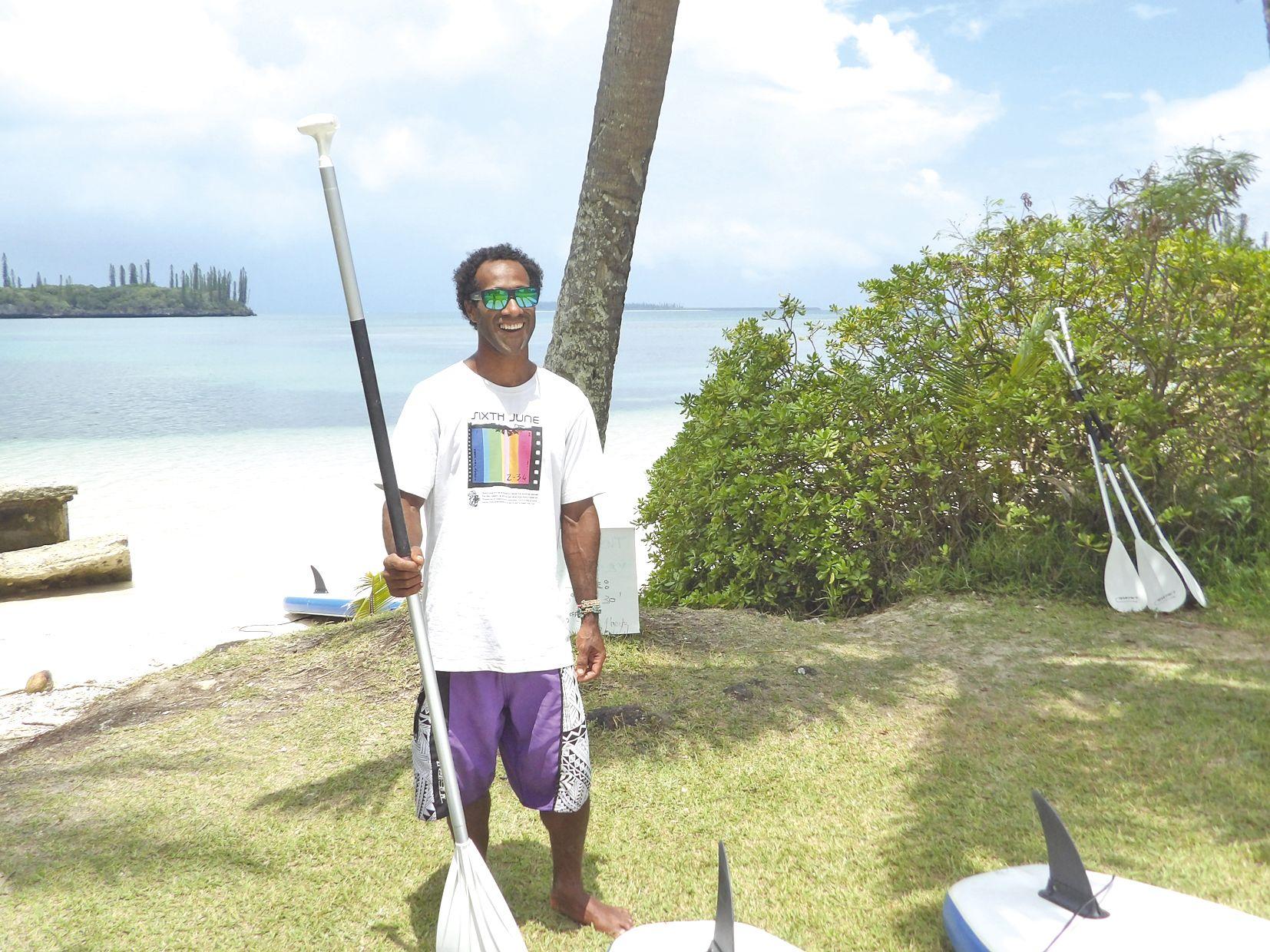 Antoine Lémé, de la tribu de Wapan, partage sa passion pour la glisse avec les enfants de son île.