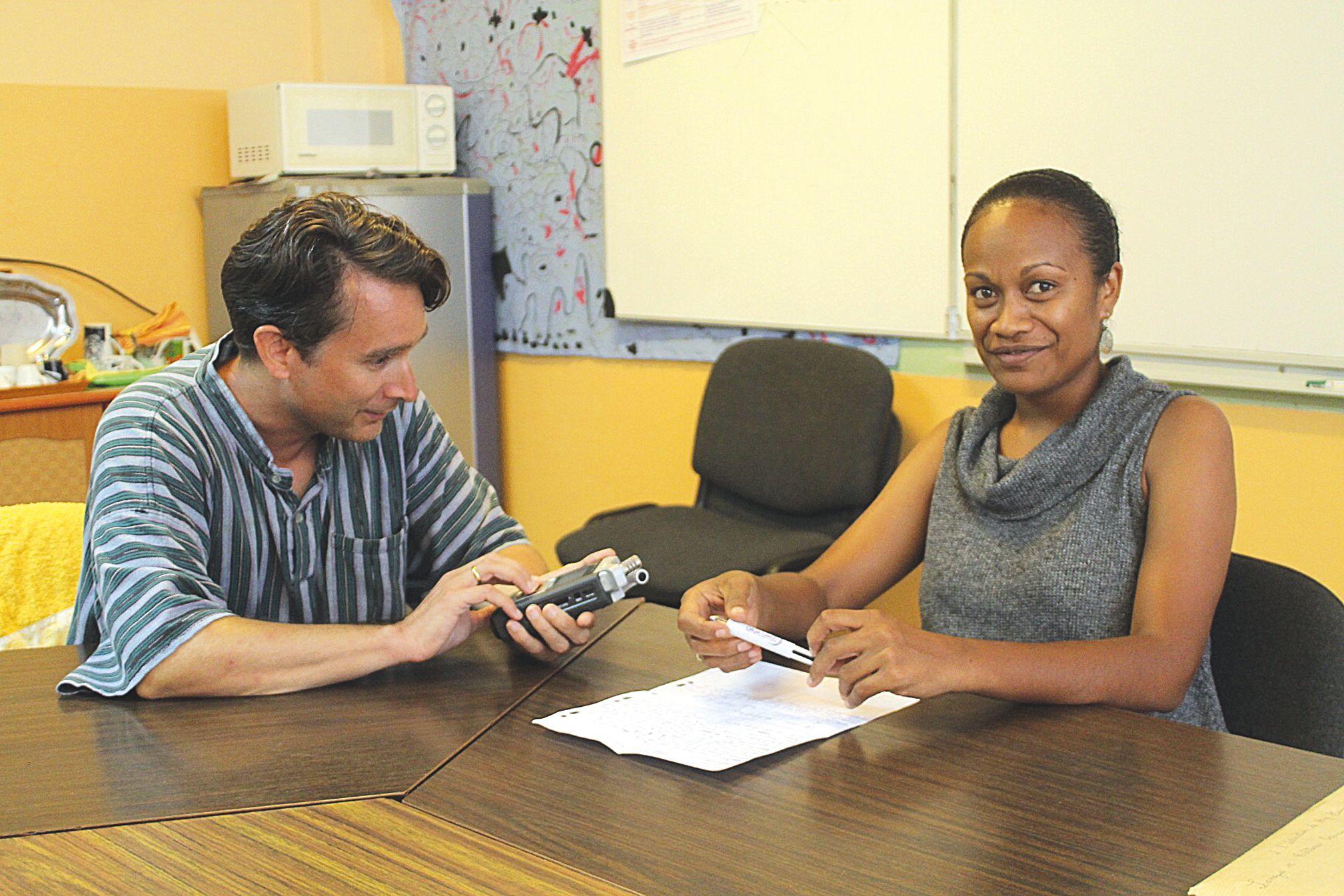 Edwige Douneezek, en 3e année de cursus à l'ENEP est enregistrée par Philippe Boula de Mareüil. Elle lit la fable d'Esope « La bise et le soleil » en pwaamei, la langue parlée à Voh et aux alentours.