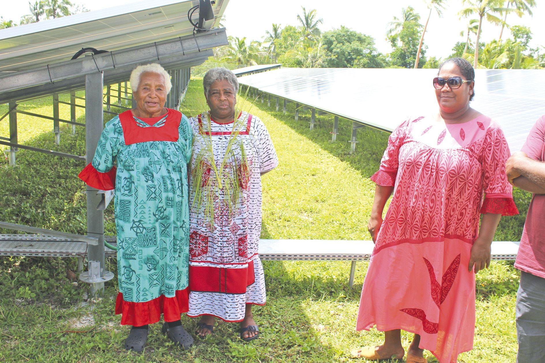 Les voisines posent fièrement dans la ferme photovoltaïque.