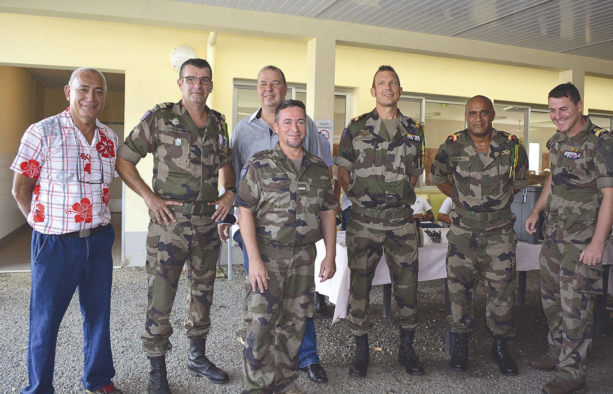 En plus de la visite des bâtiments et des sites stratégiques du camp de Nandaï, rénovés ou en cours de rénovation, le général a pris le temps de rencontrer les civils qui œuvrent  à la tête des cuisines du camp de Nandaï.