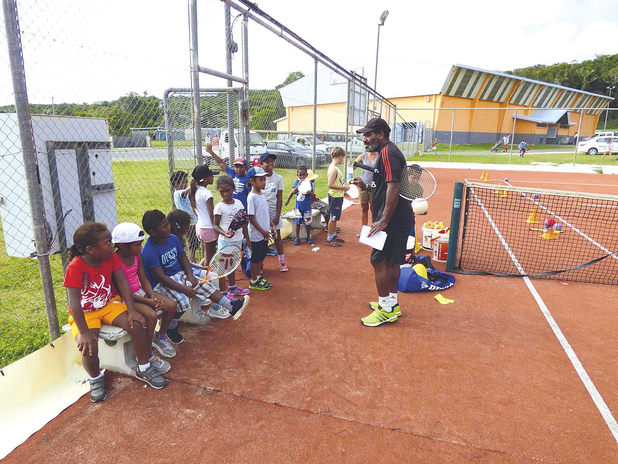 La manifestation a eu lieu côté stade, mais aussi côté court. Une initiation au tennis a permis aux enfants de découvrir le déplacement sur le terrain. Ils ont aussi eu l'occasion de faire une partie de cricket.