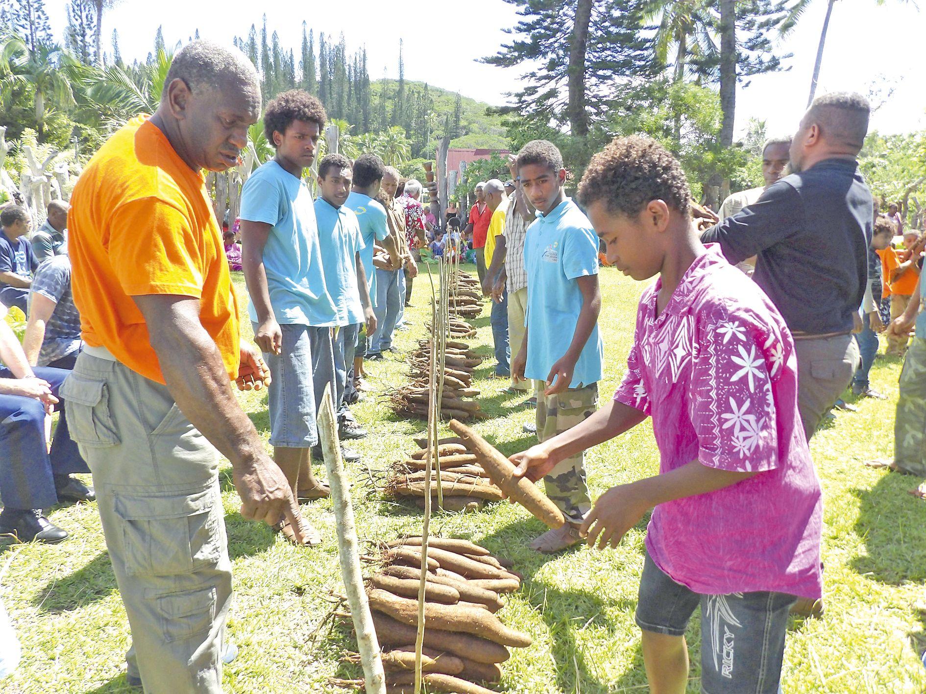 Une cérémonie de partage codifiée à laquelle étaient invités les écoles et les touristes. Les adultes ont conseillé les plus jeunes pour mener à bien ce partage.