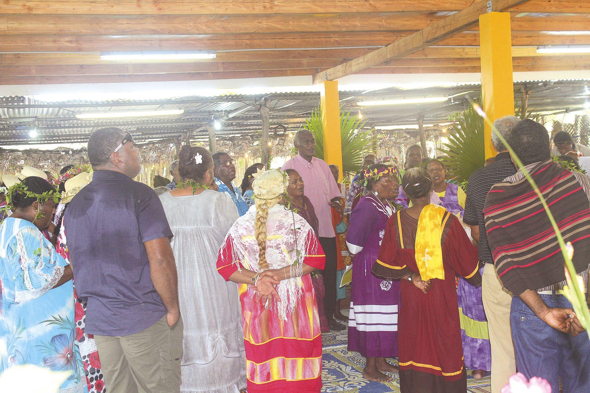 La tribu de Thuahaick s'est mobilisée pour accueillir le bureau et pour la première messe sous son préau.