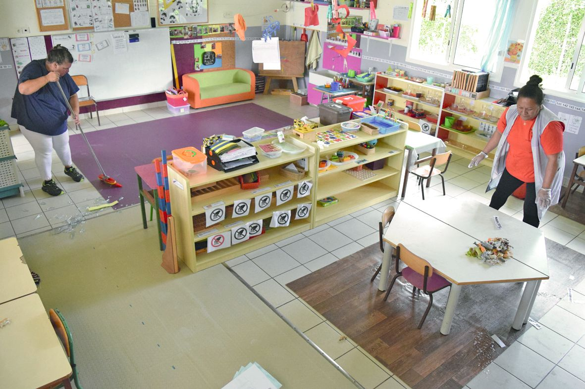 La classe de maternelle de Julie Olive n'a pas été peinturlurée, mais entre le verre brisé,  les jouets jetés au sol et l'urine, Sandra et Ghislaine, agents d'entretien, ont bien du travail.