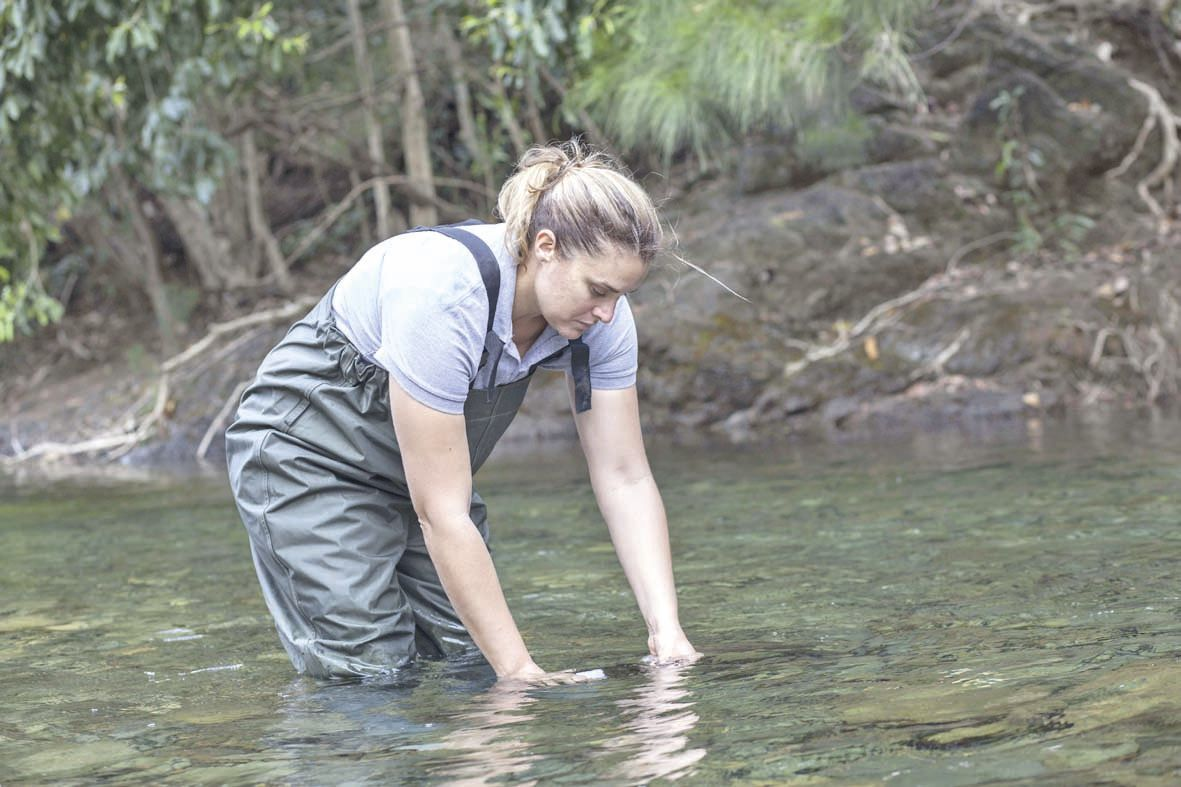Un agent du service de l'eau lors d'un contrôle de qualité. Le service est aussi une « police de l'eau », qui veille au respect des règles.