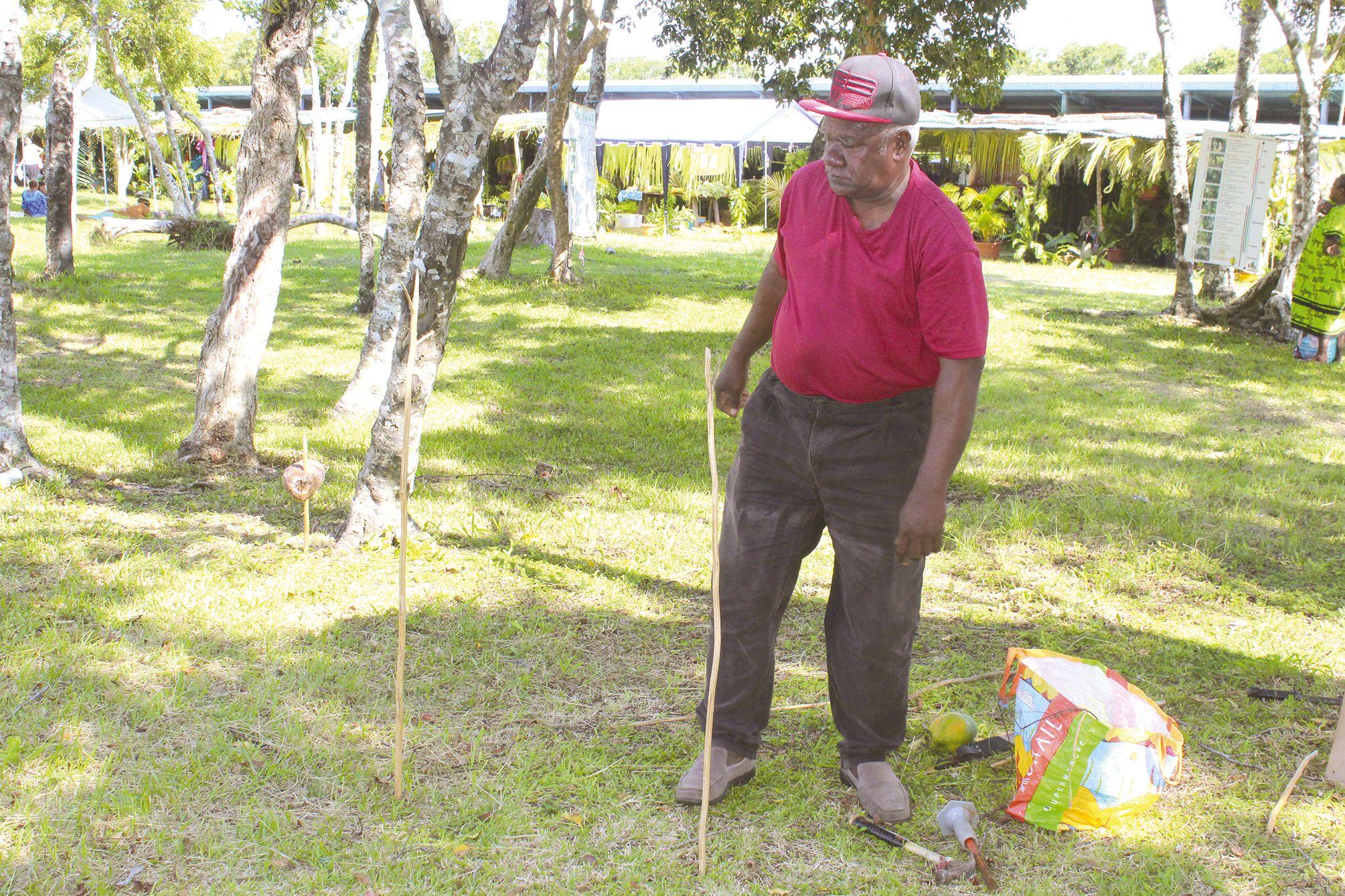Le vieux Géihazé a montré au public comment faire des pièges pour les nuisibles afin de sauvegarder les récoltes dans les champs.