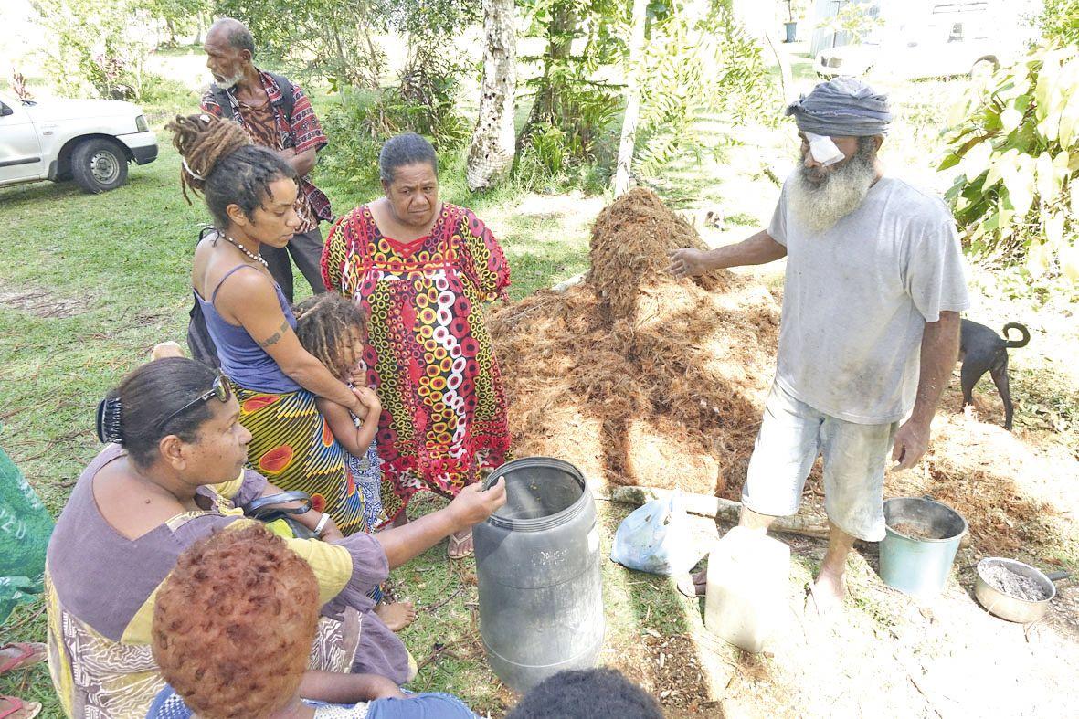 Parmi les activités proposées, une projection débat pour mieux comprendre la permaculture et la méthode traditionnelle chère aux Si Nengone ou encore, comme ici, un atelier de démonstration sur le compost et le purin par John Palène (à droite sur la photo