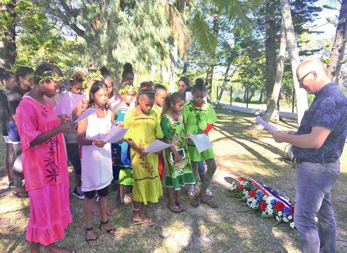 A la gendarmerie de Fayaoué, aux côtés de leurs camarades de Shéa-Tiaou, les Bouraillais ont chanté l'hymne calédonien et La Marseillaise lors du dépôt de gerbes présidentiel. Ce qui leur a valu les félicitations personnelles d'Emmanuel Macron, qui a auss
