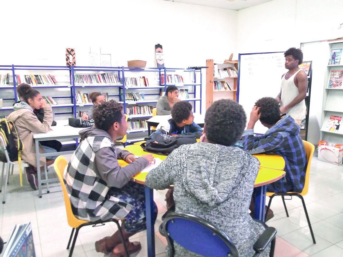 Les élèves, très attentifs, ont découvert le slameur Simane, mais aussi des méthodes d'écriture.Photo I.P.
