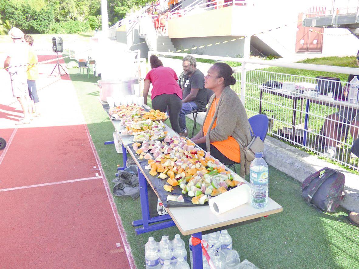 Après l'effort, les coureurs ont pu profiter d'une collation composée de fruits frais.