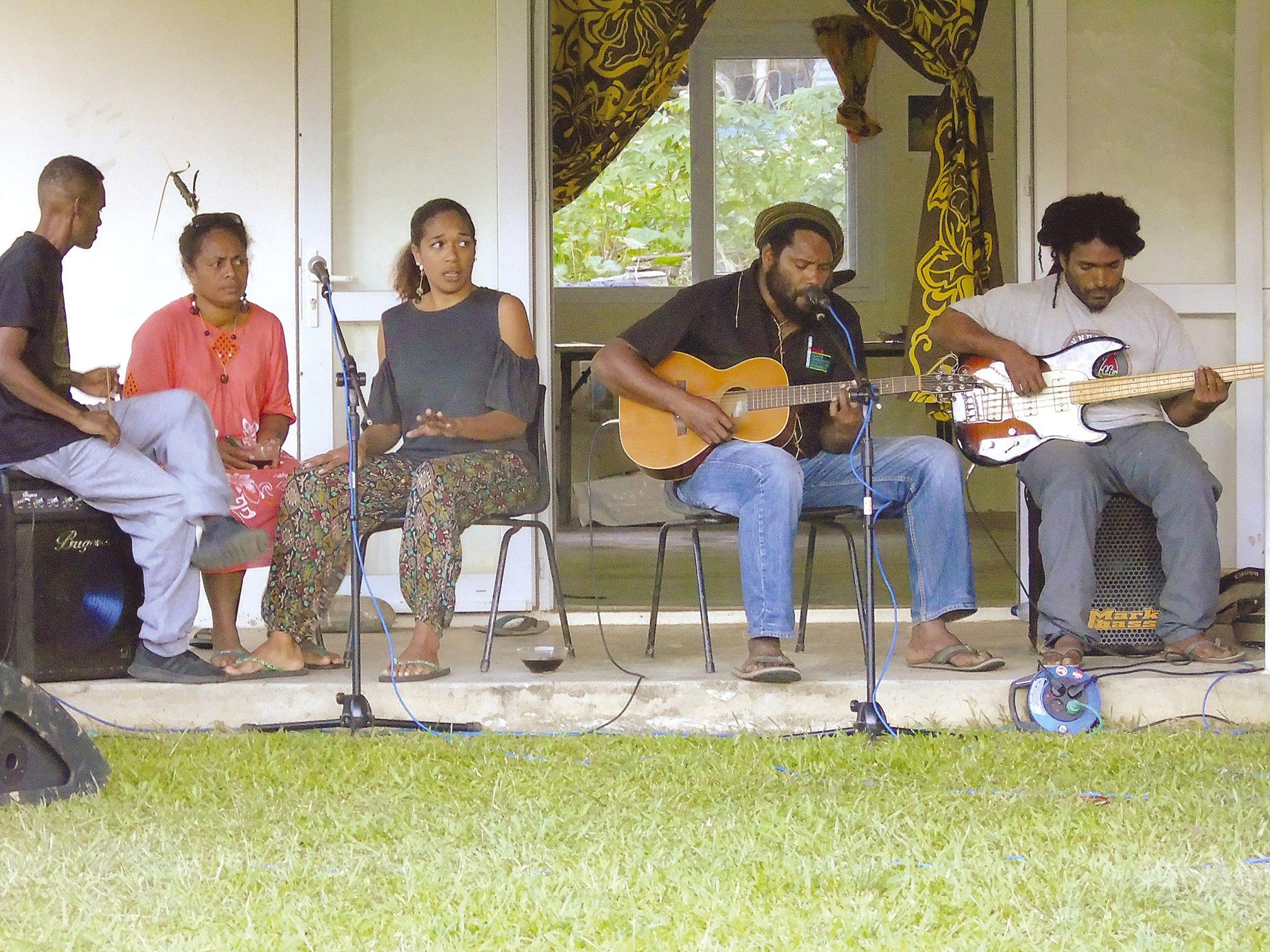 Mercredi, la caravane musicale a animé la tribu de Néouta. Photo Benoît Guichon