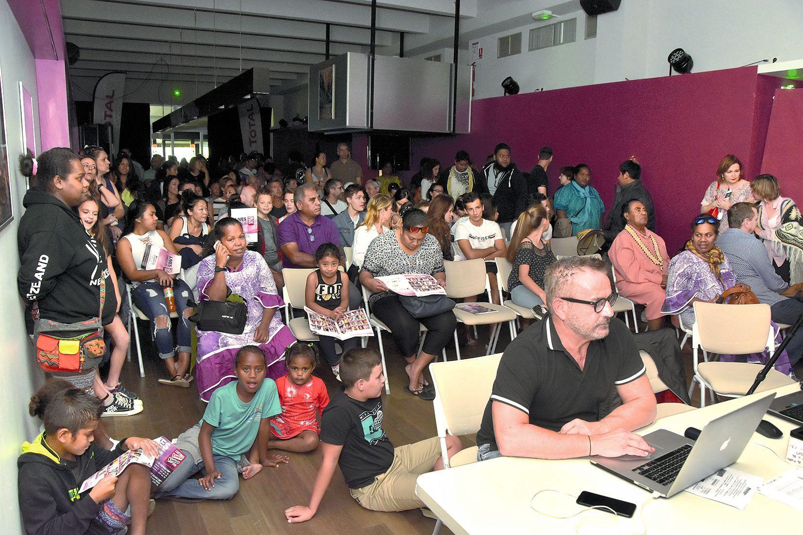 Derrière Bruno Berberes, familles et proches avaient pris place pour assister aux prestations des soixante candidats. L'entrée pour chaque spectacle coûtait 2 000 francs.