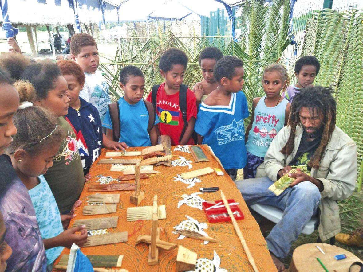 Jeudi, les élèves des écoles primaires ont découvert les artistes de la région comme ici avec la création d'objets en bambou. Photos Isabelle Payat