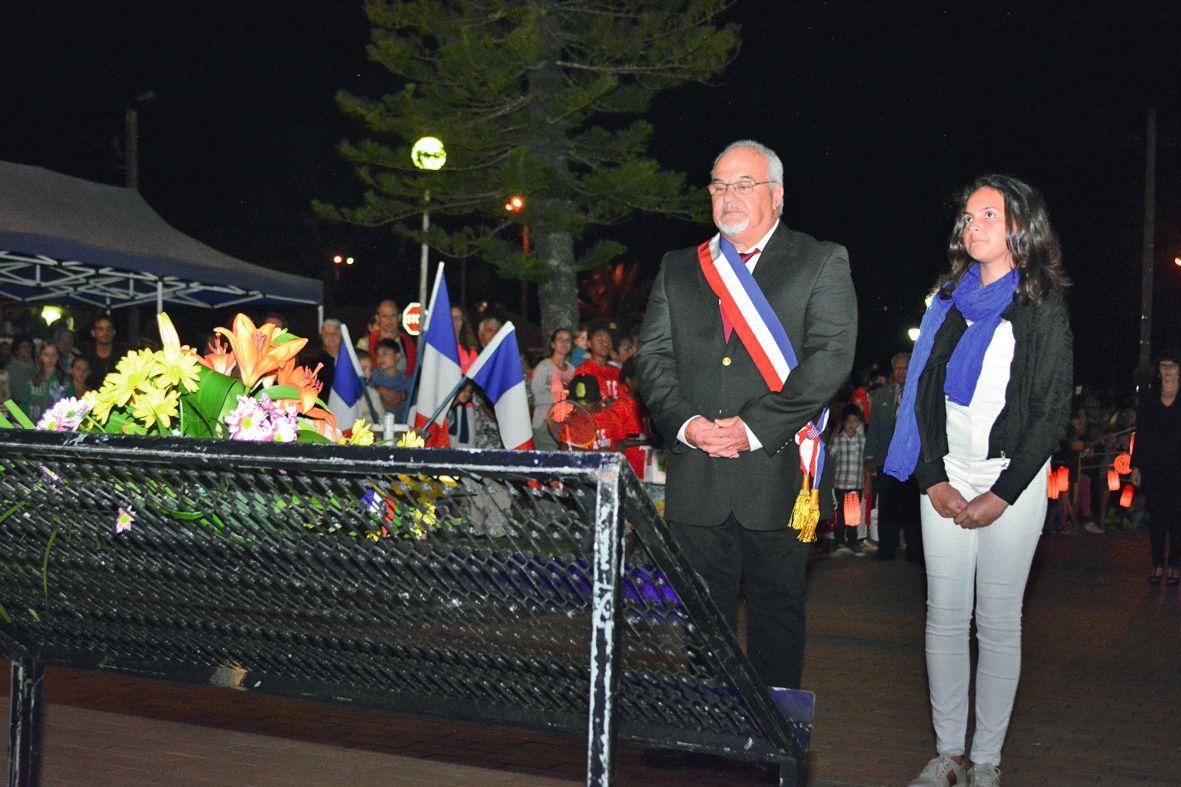Avant de se rassembler sur le terrain de football pour le lâcher de lanternes bleu blanc rouge, un dépôt de gerbes a eu lieu place de l'église, par Patrick Robelin, le maire. « C'est la première fois qu'il y a autant de monde pour la fête nationale », s'e