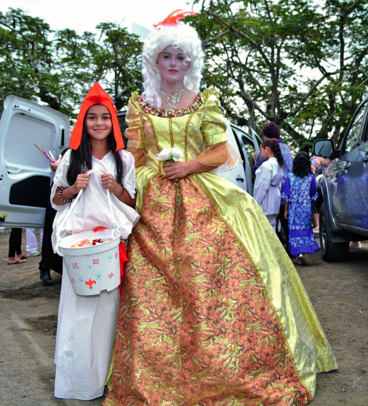 Revêtues de leurs superbes costumes, Zoé (Antoinette) et Cassidy (La Marianne) ont fait sensation. Nombreux sont les participants qui ont posé avec elles, histoire d'immortaliser cette rencontre d'une autre époque.