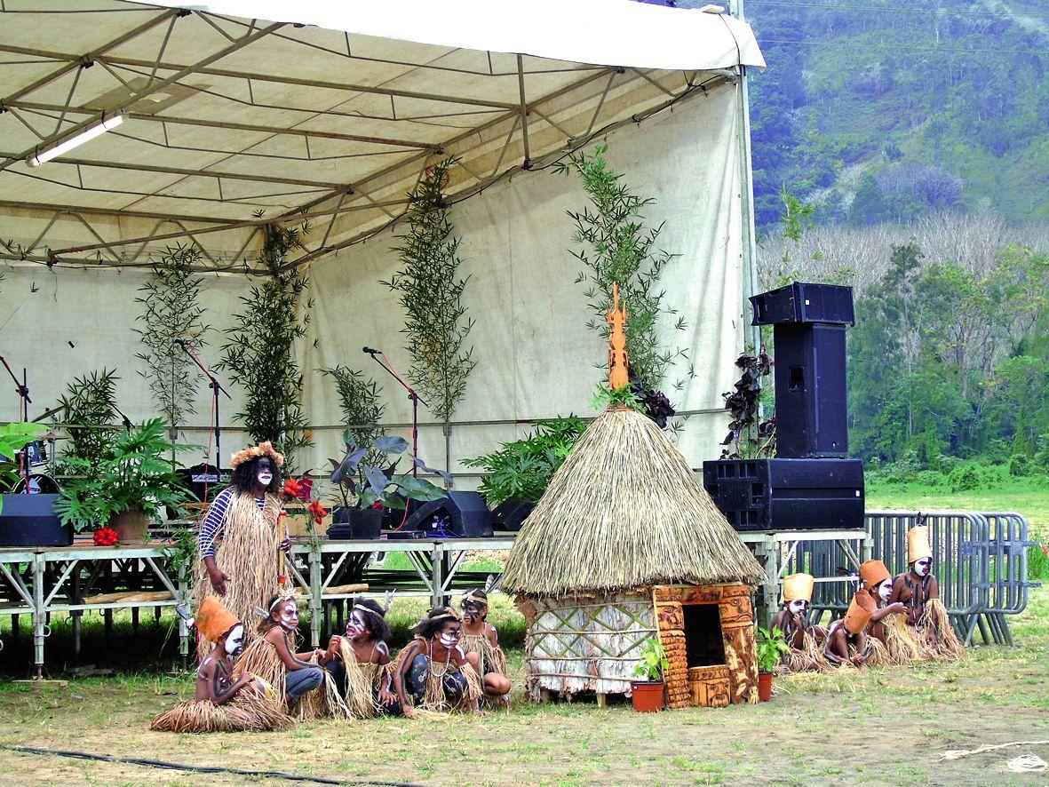 Les enfants de l'école de Monéo ont présenté des danses et des chants sur les thèmes de la case et du taro, créés lors d\'une résidence culturelle à Tchamba.