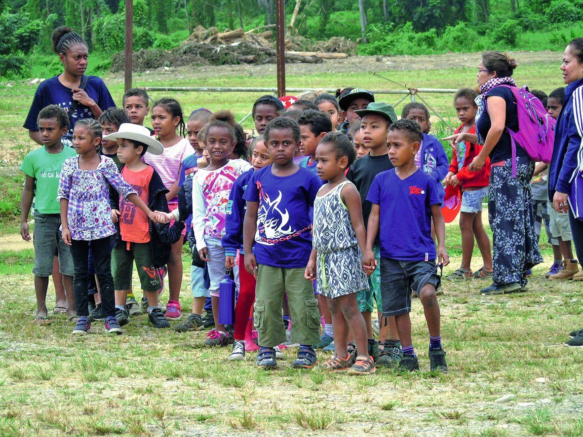 La journée de vendredi était dédiée aux scolaires de la commune, venus encourager leurs camarades danseurs et chanteurs, et découvrir en avant-première le site de la Fête de l'igname.