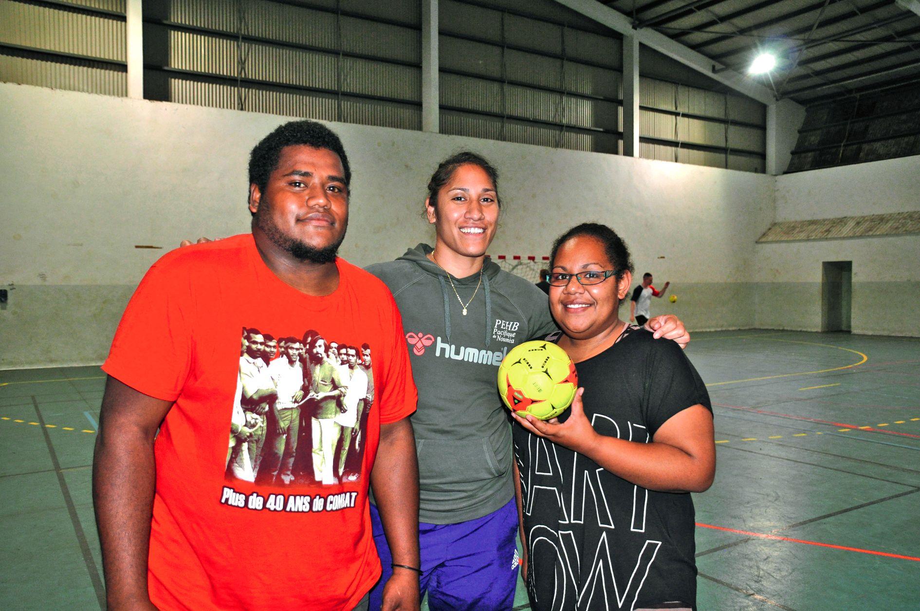 C'est Olivia Vaitanaki (au centre), responsable du pôle espoir féminin de Nouméa, qui a orchestré cette visite à Maré car « tout ne doit pas se passer à Nouméa ». Elle en a profité pour coacher quelques entraîneurs jeunes et découvrir d'où viennent certai