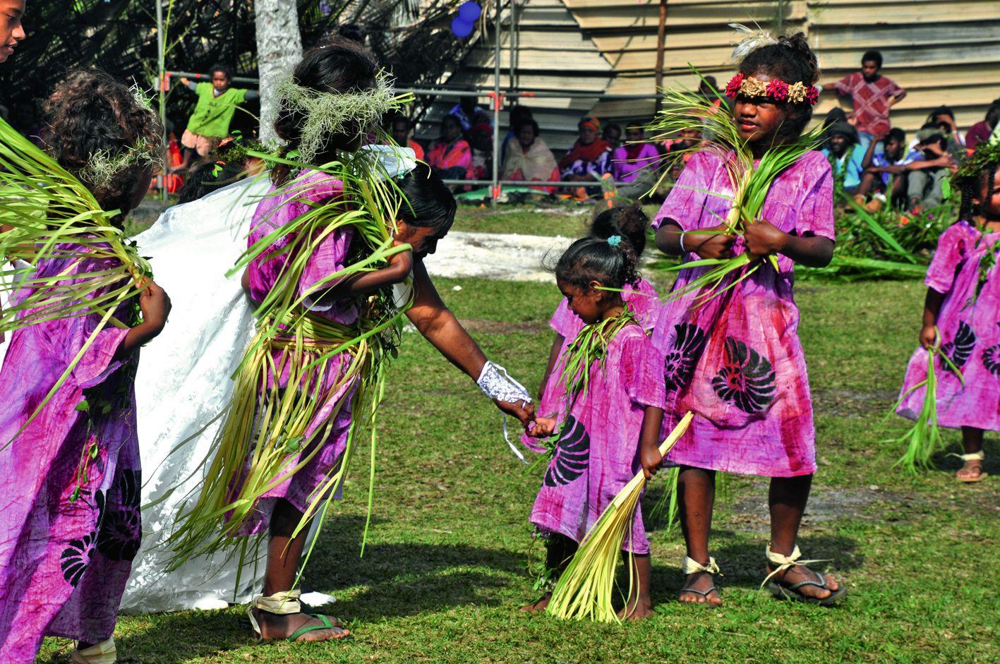Honneur aux enfants de l'île, les festivités ont commencé par les petites des écoles de Cengeité-Tadine qui ont offert danses et chants traditionnels, encouragés entre autres par la mariée.